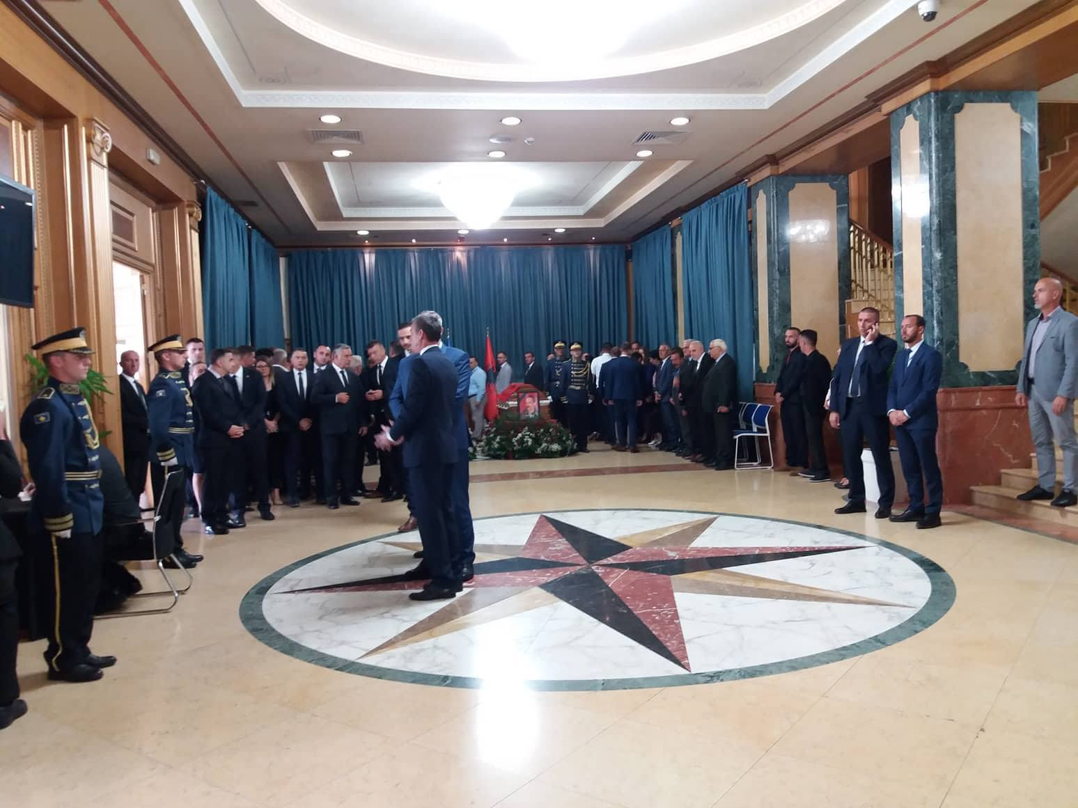 Veseli e Haradinaj bëjnë homazhe para arkivoleve të kolonel Ahmet Krasniqit dhe Qazim Jakupit